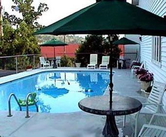 Outdoor Swimming Pool of Knights Inn and Suites Branson
